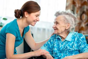 ältere Frau im Gespräch mit jüngerer Frau